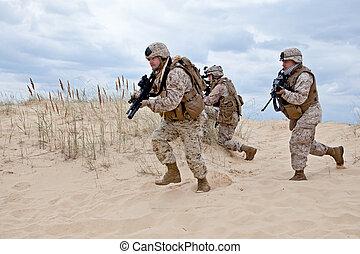 US marines run through the desert through the military operation